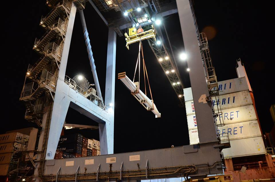 Xếp dỡ hàng hóa tại cầu cảng