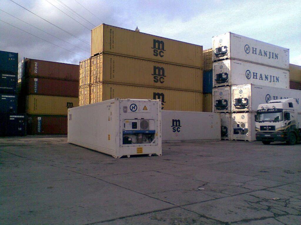 Bãi container hàng hóa tại cảng
