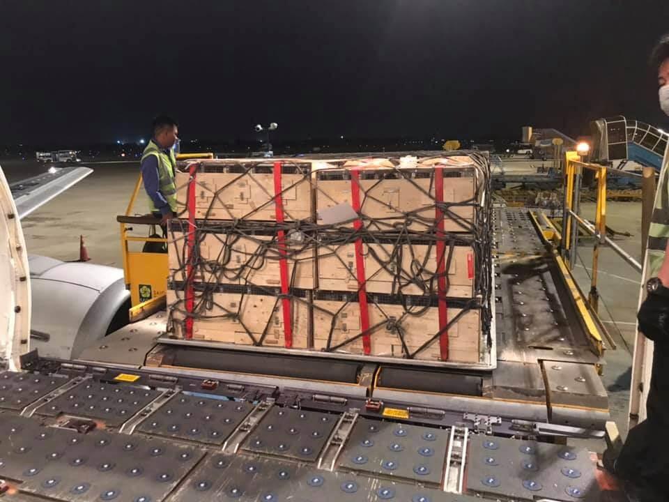 Hình ảnh khai thác hàng hóa tại sân bay trong đêm