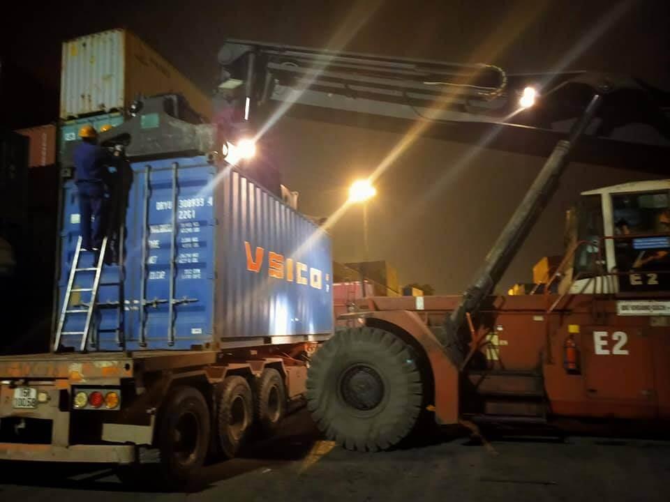 Nâng hạ hàng hóa tại bãi container