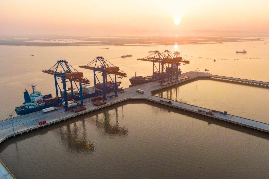 Khai thác hàng hóa tại cảng biển Hải Phòng